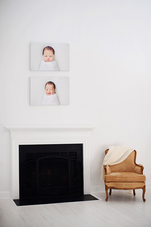 fotky na platne zavesene na stene